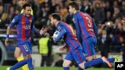 Lionel Messi, Neymar et Gerard Piqué, après un but sur penalty contre le PSG en Espage le 8 mars 2017.