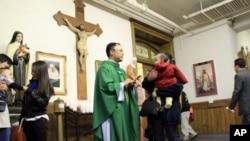 美国费城一教堂用英语、西班牙语和越南语作弥撒