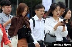서울 아침 기온이 16도까지 내려간 30일 긴소매 옷을 입은 시민들이 광화문광장 앞을 지나고 있다.