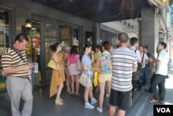 在台北市工作的郭先生表示,辦公室樓下的台灣特產店門外經常擠滿大陸遊客