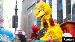 Boneka Big Bird (tengah) tampak di iring-iringan Sesame Street pada parade hari Thanksgiving ke 86 yang diadakan oleh Macy's di New York 22 November 2012.