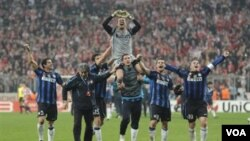 Para pemain Inter Milan merayakan kemenangan dalam leg kedua putaran 16 besar Liga Champions setelah mengalahkan FC Bayern Munich 3-2 di Munich hari Selasa (15/3).