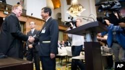 Wakil Menlu Jepang Koji Tsuruoka (kedua dari kiri) bersalaman dengan Jaksa Agung Australia sebelum sidang di Den Haag (foto: dok).