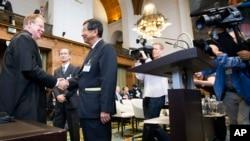 Bộ trưởng Bộ tư pháp Úc Mark Dreyfus (trái) bắt tay với Thứ trưởng Bộ Ngoại giao Nhật Bản Koji Tsuruoka tại Tòa án Quốc tế ở La Haye, Hà Lan, ngày 26/6/2013.