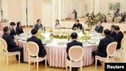 정의용 수석 특사를 비롯한 한국 정부 대북특사단이 5일 평양에서 김정은 북한 국무위원장이 주최한 만찬에 참석했다. 만찬에는 김 위원장의 부인 리설주와 동생 김여정도 배석했다.