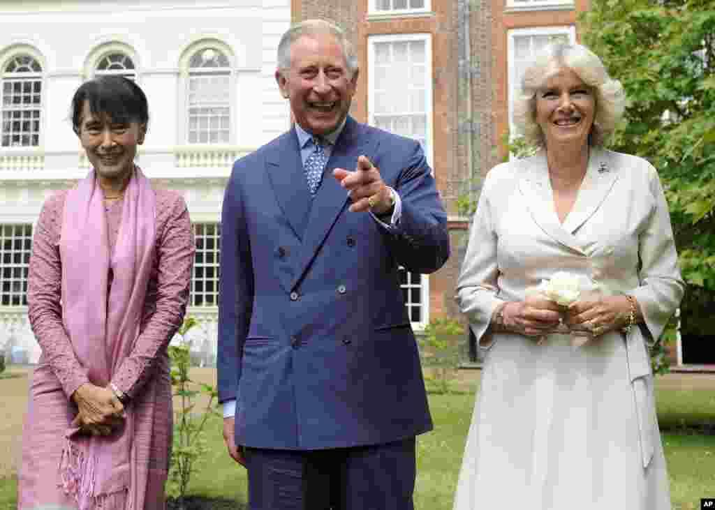 Aung San Suu Kyi bertemu dengan Pangeran Charles dan Duchess of Cornwall, Camilla, di taman Gedung Clarence, London, Kamis (21/6).