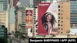 Angola, Luanda - Prédios com publicidade à rede de supermercados Candando