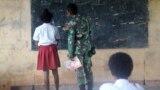 Personel Satgas TMMD ke-112 Kodim 1707/Merauke di Kampung Okor membantu mengajar di SD Negeri Okor Kampung Okor, Distrik Haju, Kabupaten Mappi Papua, 24 September 2021. (Courtesy: Pendam XVII/Cenderawasih-Papua)