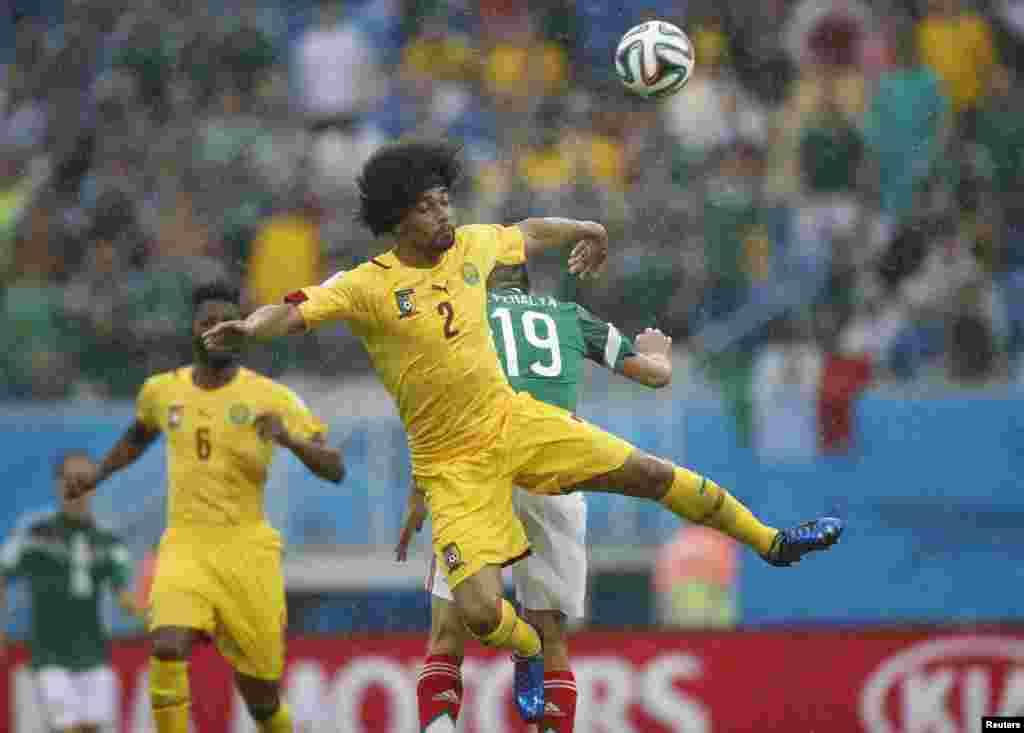 کیمرون کے بینوٹ آسوایکوٹو فٹ بال کے پیچھے جمپ لگاتے ہوئے