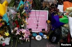 Bunga terlihat di luar masjid Al Noor di mana lebih dari 40 orang dibunuh oleh seorang kulit putih pada shalat Jumat pada 15 Maret, di Christchurch, Selandia Baru, 27 Maret 2019. (Foto: Reuters)