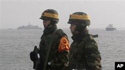 دوو سهربازی مارینی کۆریای باشور لهسهر دورگهی یۆنپـیۆنگ، ههینی 17 ی دوازدهی 2010
