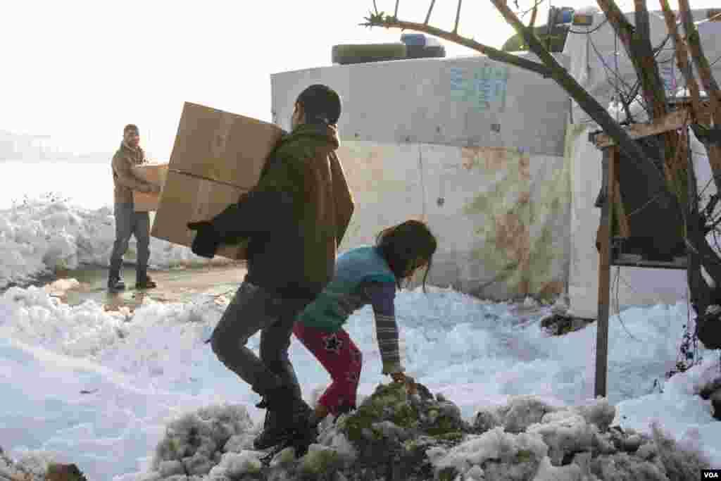 Unicef memperkirakan telah menyediakan sekitar 200.000 pengungsi dengan paket musim dingin untuk anak-anak, yang termasuk pakaian yang sangat dibutuhkan. (VOA/John Owens)