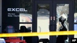 Orificios de bala en la fachada del edificio de Excel Industries en Hesston, Kansas, escenario de la más reciente masacre.