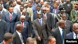 津巴布韋穆加貝(中)及其支持者。(資料照片)