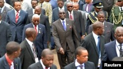 Zimbabwe President Robert Mugabe, center, and fellow regional leaders arrive for 15-nation SADC summit, Maputo, Mozambique, Aug. 17, 2012.