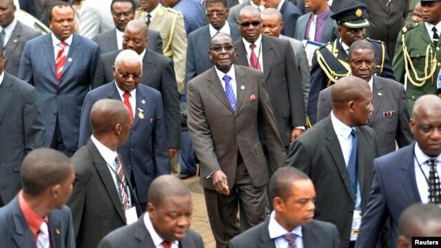 Zimbabwe President Robert Mugabe, center, and fellow regional leaders arrive for 15-nation SADC summit, Maputo, Mozambique, Aug. 17, 2012.
