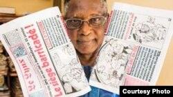 Souleymane Diallo, directeur du groupe de presse guinéen Le Lynx/La Lance, présentant des exemplaires du journal satirique Le Lynx.