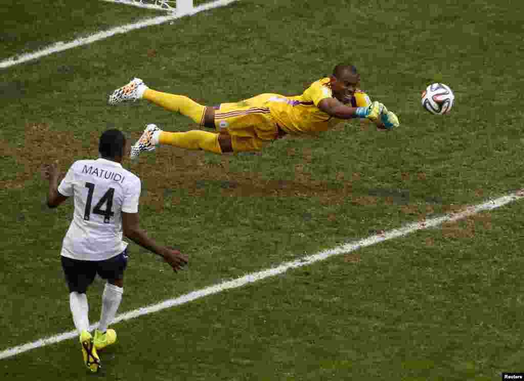 Nigerian goalkeeper Vincent Enyeama denies France a goal, at the national stadium in Brasilia, June 30, 2014.