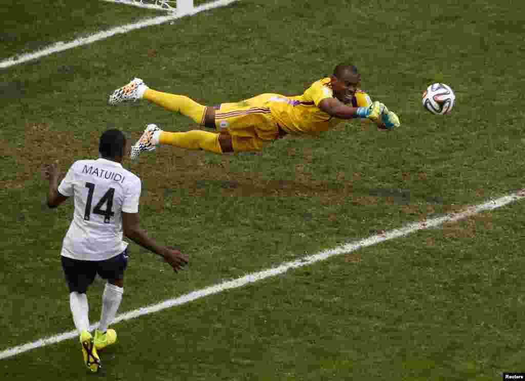 Nigerian goalkeeper Vincent Enyeama denies France a goal, at the national stadium in Brasilia, June 30, 2014.