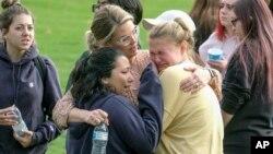 """Učenici škole """"Sogus"""" u Kaliforniji pošto su izašli iz zaključanih učionica gde su se krili od napadača"""