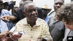 Michael Sata devant un centre de tabulation à Lusaka (archives)