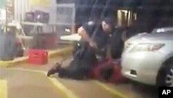 Amaterski snimak na kojem se vide dvojica policajaca kako drže Altona Sterlinga momenat pre nego što je upucan, Baton Ruž 5. jul 2016.