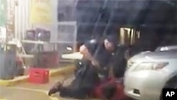 Le 5 juillet 2016, une photo d'une vidéo, Alton Sterling est tenu à terre par deux policiers de Baton Rouge, en Louisiane, États-Unis.