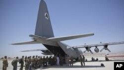 阿富汗国民军的军人2015年8月18日在阿富汗坎大哈空军基地排队进入C-130运输机。