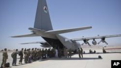 FILE - Sojojin Afghanistan na layi domin hawa wani jirgin su mai kirar C-130 a filin saukar jirage na Kandahar, Afghanistan, 18 Agusta, 2015.
