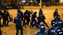 Polisi menggunakan pentungan pada pengunjuk rasa selama protes massal setelah pemilihan presiden di Minsk, Belarus, Senin, 10 Agustus 2020.