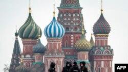 Поліцейські патрулюють головну площу Москви у час епідемії, фото 13 квітня 2020 року