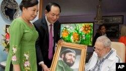 Trong bức hình ngày 15 tháng 11, 2016 này, Chủ tịch nước Việt Nam Trần Đại Quang và phu nhân tặng cho cựu lãnh tụ Fidel Castro của Cuba một bức tranh trước khi ông Castro qua đời, ở Havana, Cuba.