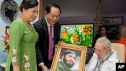 """Chủ tịch Việt Nam Trần Đại Quang cùng với phu nhân hôm 15/11 tới thăm """"người đồng chí"""" và tặng một bức vẽ thời trẻ của ông Fidel Castro."""