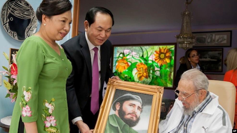Chủ tịch nước Trần Đại Quang (giữa) cùng phu nhân thăm ông Fidel Castro ở Havana, Cuba, ngày 15/11/2016.