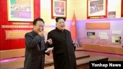 지난 1월 김정은 북한 국방위원회 제1위원장(오른쪽)의 청년운동사적관 현지지도를 최룡해 노동당 비서가 수행했다. (자료사진)