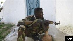 El-Şabab militanlarının çekilmesinden sonra başkentde mevzilenen bir hükümet askeri