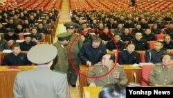 지난해 12월 장성택 국방위원회 부위원장이 노동당 정치국 확대회의에서 체포되는 모습을 북한 조선중앙TV가 공개했다.