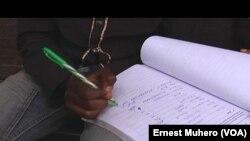 Les habitants de Bukavu ont été nombreux à signer la pétition pour la création d'un tribunal international pour la RDC. (VOA/Ernest Muhero)
