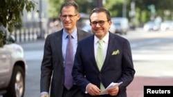 El ministro de Economía de México, Ildefonso Guajardo (derecha), llega a la oficina del representante comercial de EE.UU., Robert Lighthizer, en Washington. Agosto 23 de 2018. Reuters.