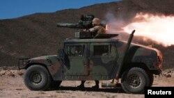 Un infante de marina prueba un misil antitanque en Hawthorne, Nevada.