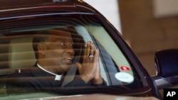 """Uskup Agung dari Gereja Anglikan Afrika Selatan, Thabo Makgoba, meninggalkan rumah sakit """"Mediclinic Heart"""" di Pretoria, tempat mantan Presiden Nelson Mandela dirawat (25/6)."""