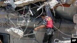 Ðống ổ nát của ngôi nhà đã bị phá hủy sau các vụ không kích của lực lượng chính phủ Syria ở Aleppo, Syria, ngày 18/5/2014.