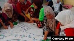 """Sejumlah ibu di Lombok Timur, NTB, belajar di """"Sekolah Perempuan"""" tentang berbagai isu kesetaraan perempuan, kesehatan reproduksi, jaminan sosial hingga isu perkawinan anak. (Courtesy: Institut Kapal Perempuan)"""