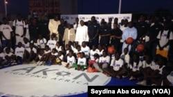Les autorités en compagnie des jeunes de la Nba Jr League, à Dakar, 15 decembre 2017. (VOA/ Seydina Aba Gueye)