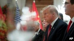 美国总统特朗普2018年12月1日在布宜诺斯艾利斯G20峰会期间举行的工作晚餐会谈中倾听中国国家主席习近平讲话。