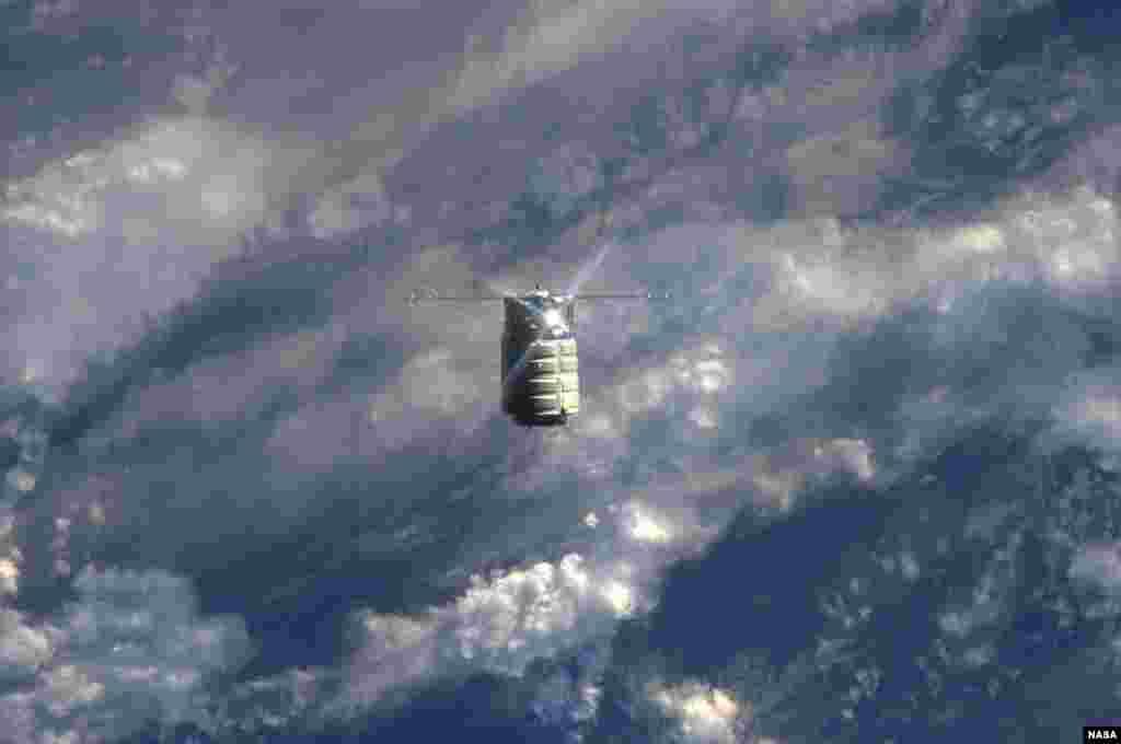 Tàu vũ trụ thương mại chở hàng không người lái Cygnus của Mỹ tiến gần tới Trạm vũ trụ quốc tế, ngày 29 tháng 9, 2013.