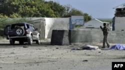 Binh sĩ Somalia bên cạnh chiếc xe chở đầy thuốc nổ nhắm mục tiêu vào sân bay Mogadishu, ngày 9/9/2010
