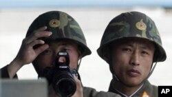지난 13일 한국 판문점 북측 지역에서 남쪽을 바라보는 북한 군인들.