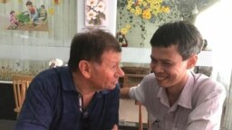 Ông Andre Menras thăm nhà báo độc lập Phạm Chí Dũng, tháng 4/2019. Photo Facebook Andre Menras.