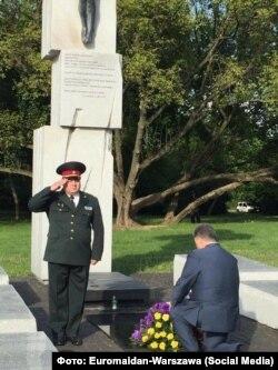 Порошенко перед пам'ятником жертвам польсько-українського міжетнічного конфлікту на Волині. Варшава, 8 липня 2016